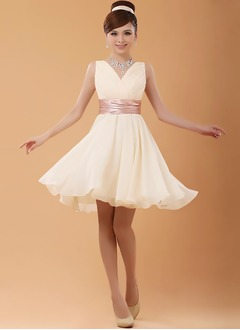 A-Line/Princess V-neck Knee-Length Chiffon Homecoming Dress With Sash