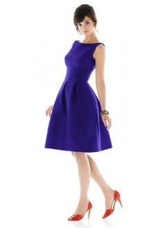 A-Line/Princess Scoop Neck Knee-Length Taffeta Homecoming Dress With Ruffle