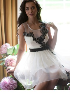 A-Line/Princess Scoop Neck Knee-Length Organza Charmeuse Homecoming Dress With Sash Appliques Lace