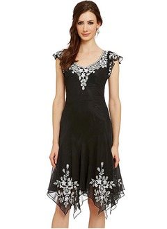 Sheath/Column V-neck Knee-Length Chiffon Cocktail Dress With Appliques Lace Flower(s)