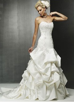 A-Line/Princess Sweetheart Chapel Train Satin Wedding Dress With Lace Beading